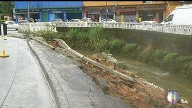 Parte da rua desmorona com a chuva e Coronel Veiga tem trecho em meia pista em Petrópolis - Motorista enfrenta retenção na altura da Ponte Fones. Outros pontos apresentam rachaduras.