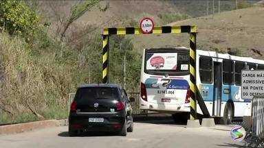 Ponte do distrito de Barão de Juparanã é liberada para veículos e pedestres em Valença, RJ - A ponte foi fechada em outubro de 2016, depois que a concessionária que administra a linha férrea, paralela a ela, apresentou laudo de desabamento da estrutura que estava comprometida.