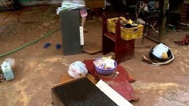 Casas ficam alagadas após chuva em São Roque do Canaã, ES - Moradores mostraram a situação após o temporal.