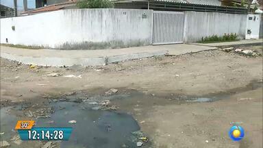 Moradores de João Pessoa sofrem com esgoto a céu aberto - No bairro de Paratibe os moradores tem que conviver com o esgoto escorrendo pelo meio da rua.