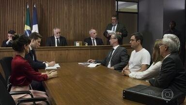 Gael é condenado a prestar serviços comunitários - Renato e Patrick prometem ficar perto de Clara para protegê-la