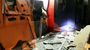 Criminosos explodem caixas eletrônicos de agência bancária em Borborema - Criminosos explodiram caixas eletrônicos de uma agência bancária de Borborema (SP) na madrugada deste sábado (6). Segundo a Polícia Militar, uma viatura foi atingida por disparos durante a fuga dos criminosos, mas ninguém ficou ferido. A agência ficou destruída.