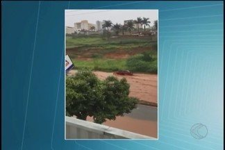 Muro desaba e córrego transborda durante chuva em Patos de Minas - Ocorrências foram atendidas pelo Corpo de Bombeiros nesta sexta-feira (5).