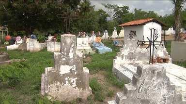 Cemitério está no centro de uma polêmica em Pindaré-Mirim - Cemitério fica em uma comunidade da zona rural da cidade. O dono de uma fazenda quer mandar máquinas para o local e destruir túmulos.
