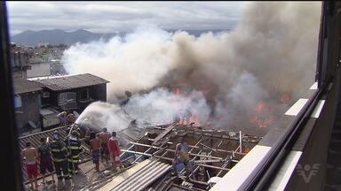 Incêndio destrói cerca de oitenta moradias em comunidade de Santos - Fogo se alastrou na tarde desta sexta-feira (5) no Caminho São Sebastião. Doze pessoas foram atendidas pelo resgate, mas ninguém ficou gravemente ferido.
