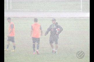 Último treino do Remo antes de enfrentar o Castanhal aconteceu sob fortes chuvas - Jogadores do Leão vão se adaptando ao inverno paraense; Confronto contra o Japiim será realizado às 16h deste sábado, no Modelão