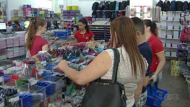 Paraguaios atravessam a fronteira pra comprar material escolar no Brasil - A oferta de empregos no setor aumenta com as vendas.