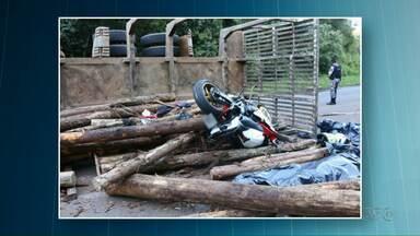 Casal morre em acidente na PR-466, próximo a Guarapuava - Segundo a Polícia Rodoviária Estadual, um dos reboques de um caminhão madeireiro tombou em uma curva e a carga atingiu o casal.