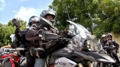 Casal sai do Ceará para rodar o mundo viajando de moto - Água de esgoto estão sendo jogadas no canal.