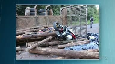 Casal morre em acidente na PR 466 - Carga de tora de um caminhão caiu sobre o casal de motociclistas