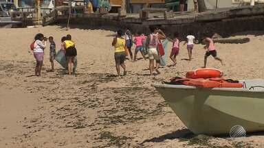 Moradores de Amaralina se reúnem para tirar lixo do mar e da praia - Em três horas foi retirada mais de meia tonelada de sujeira; confira.