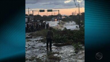 Após chuva intensa, parede de barragem se rompe em Monte Alegre - Após chuva intensa, parede de barragem se rompe em Monte Alegre.