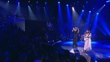 Anavitória canta 'Trevo' - Dupla levanta a plateia com o sucesso