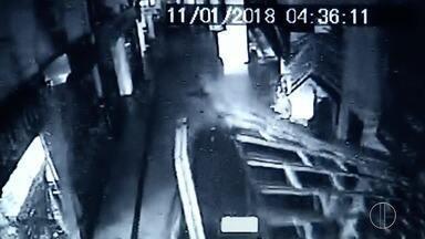 Carro desgovernado invade shopping e motorista foge em Campos, no RJ - Imagens do centro comercial registram invasão ao estabelecimento na madrugada desta quinta-feira (11).