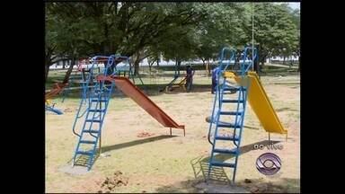 Brinquedos começam a ser instalados nas pracinhas de Santa Maria, RS - A instalação dos kits de brinquedos segue um cronograma definido pela prefeitura.