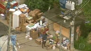 Globocop faz mais um flagrante de cargas roubadas em favela do RJ - Imagens chocantes mostram várias caixas dos mais variados produtos e homens carregando carro roubado calmamente.