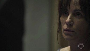 Duda não explica a Patrick por que faz questão de ajudar Clara - Ela se recusa a contar qualquer coisa sobre seu passado e interrompe a conversa com o advogado. Duda implora que Nicolau lhe dê um pouco de gin, mas o policial nega