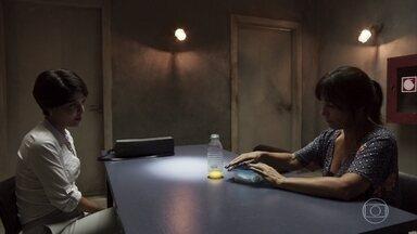 Adriana conversa com Duda na prisão - Duda continua afirmando que é culpada, mas não convence a advogada