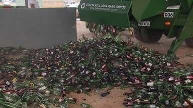 Empresa autorizada pela SLU recolhe e recicla vidro descartado pelo comércio - O DF produz 150 toneladas de vidro por dia, de acordo com a SLU. A reciclagem é feita por uma fábrica de São Paulo, que banca o frete.
