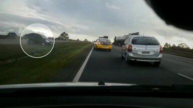 Vídeo mostra policias perseguindo ladrões de carro na BR-277 - A perseguição por pouco não acaba em acidente. Duas pessoas foram presas.