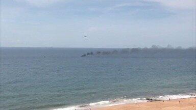 Lancha pega fogo e afunda na Praia dos Recifes, na Barra do Jucu - De longe era possível ver a fumaça preta.