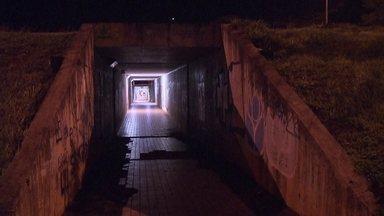 Moradores evitam usar passagens subterrâneas do Plano Piloto - As pessoas reclamam, o Bom Dia DF mostra, mas parece que não tem jeito. Entra ano, sai ano e nada muda nas passagens subterrâneas do Eixão. Se, durante o dia, poucos pedestres usam, imagina à noite.