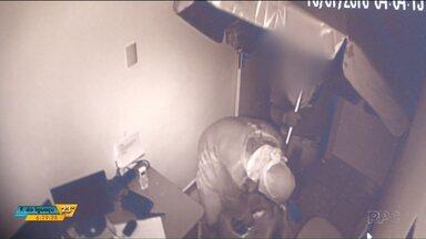 Bandidos fazem buraco na parede e assaltam farmácia em Cascavel - Em Foz do Iguaçu, idosa é agredida por ladrões em um posto de combustível.