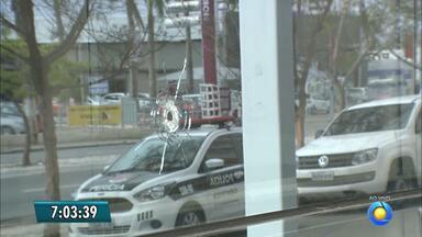Grupo explode caixa eletrônico dentro de shopping em Campina Grande e faz reféns - Além do caixa eletrônico, criminosos atacaram joalheria no shopping que fica em frente a PF.