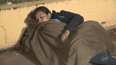 Moradoras de Cosmópolis (SP) dormem em fila para conseguir fazer exame de mamografia - Desde a chegada da carreta do Estado na cidade, a situação se repete todas as noites.