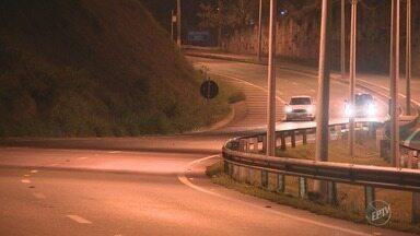 CPFL troca luzes queimadas por novas na Rodovia Francisco Von Zuben - Postes da rodovia estavam sem lâmpadas desde o último sábado (13)