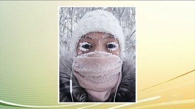 Temperatura despenca para -67 Cº na Rússia - Os moradores de Yakutsk estão acostumados com o frio, mas até eles estranharam e postaram imagens nas redes sociais. Em Yakutsk, na Sibéria, amigas tiraram fotos de como elas ficaram no frio de menos cinquenta graus: com os cílios congelados.