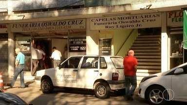 Feirante morto com bala perdida dentro de sacolão volante no Rio é velado em Petrópolis - Enterro de Augusto César Medeiros de Souza, de 39 anos, será no Cemitério Municipal.