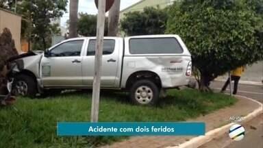 Veículo do Detran-MS fica em cima da calçada ao se envolver em acidente com caminhonete - Batida aconteceu por volta das 11h desta quarta-feira (17), na região central de Campo Grande. Ninguém sofreu ferimentos graves.