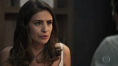 Tônia pede licença do hospital - A médica explica a Renato que precisa ficar longe de Palmas para protelar seu divórcio e pede para passar um tempo na clínica dele em Pedra Santa