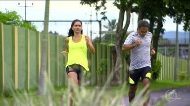 Susto na balança incentiva casal a praticar atividade física - Casal que engorda junto, emagrece junto. Carlos e Lidiane trabalharam em equipe para viver melhor. Investiram nas corridas de rua e já fizeram juntos 21 Km, uma meia maratona.