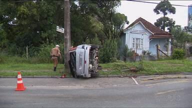 Dois carros capotaram em Curitiba - Em um deles a polícia encontrou latinhas e garrafas de bebida alcoólica.