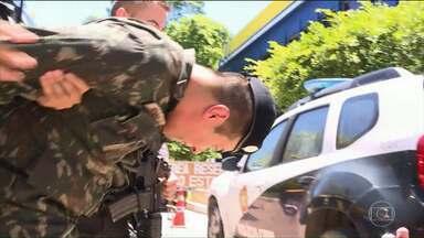 Sargento do Exército do PR é preso ao transportar fuzis e drogas para traficantes do RJ - Oficial dirigia carro com placas oficiais falsas.
