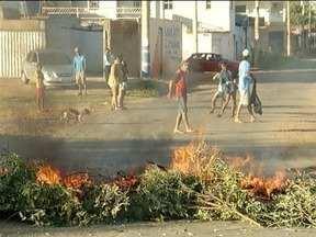Moradores do Bairro Dona Gregória fazem manifestação contra descarte irregular - Os manifestantes colocaram fogo no lixo a PM foi chamada para acompanhar a ação.