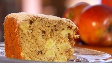 Aprenda a fazer bolo prático com cascas de maçã e pedacinhos da fruta - A equipe de reportagem do Nosso Campo ensina como fazer um bolo prático e delicioso com maçã, que é uma das frutas mais populares do país e faz sucesso tanto in natura como no preparo de diferentes pratos.