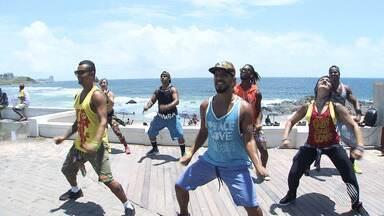 Saiba mais sobre a zumba, modalidade de dança que tem conquistado cada vez mais adeptos - As aulas de zumba, que reúnem vários estilos musicais, estão lotando academias da capital baiana.