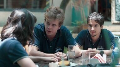 Felipe e MB tentam convencer Lica a não sair do Colégio Grupo - Os três gravam um vídeo desejando uma boa recuperação para Anderson
