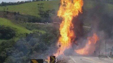 Caminhão bitrem com combustíveis tomba e pega fogo próximo a Aiuruoca (MG) - Caminhão bitrem com combustíveis tomba e pega fogo próximo a Aiuruoca (MG)