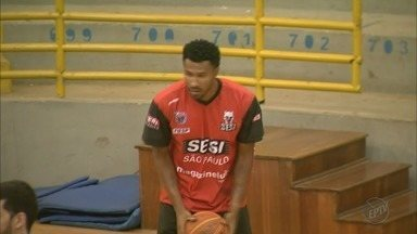 Armador Leandrinho se machuca no treino de basquete do Franca nesta sexta-feira - Principal contratação da temporada torceu o tornozelo está fora do jogo de amanhã.