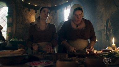 Betânia diz a Brumela que há rumores de que Afonso foi atrás de uma mulher - A cozinheira não acha que é o estilo do príncipe correr atrás de um rabo de saia