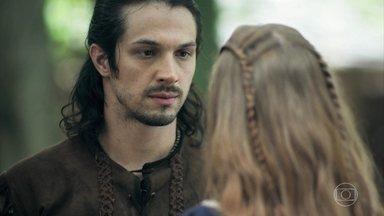 Afonso pede que Amália vá a Montemor com ele - O príncipe pede que ela considere conhecê-lo verdadeiramente antes de responder ao pedido de casamento