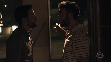 Amaro e Juvenal se enfrentam por Estela - Juvenal não está convencido das intenções do português com a filha de Sophia. Amaro exige que o dono da oficina de lapidação pare de se meter em sua vida