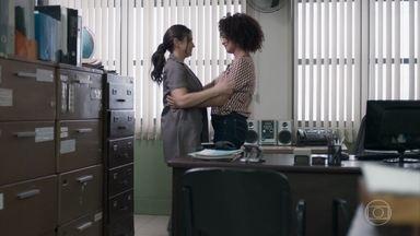 Dóris conta a Josefina que está grávida - Josefina vibra com a notícia