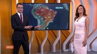 Confira a previsão do tempo em todo o Brasil nesta sexta-feira (26) - O dia deve ser quente em boa parte do país. No Rio de Janeiro, a temperatura deve chegar aos 33 graus. Mas pode chover em vários estados.