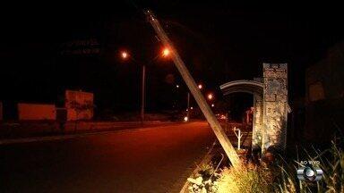 Poste próximo a ponto de ônibus ameaça cair, em Aparecida de Goiânia - Há mais de um mês estrutura está com esse problema.