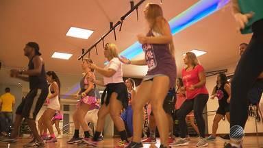 Verão: aumenta a procura por aulas de dança nas academias da capital; médico comenta - Conheça a modalidade que tem encantado muita gente nas academias de dança da capital.